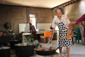 Pemasakan nira dengan pemanasan dan pengadukan agar tidak gosong.